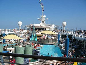 Foto: Pooldeck der Adventure of the Seas in der Karibik.
